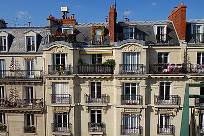 View of residential building in Paris  - p1189m1218641 by Adnan Arnaout