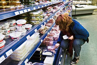 Refrigerated counter in supermarket - p896m835158 by Koen Verheijden
