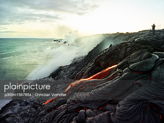 Hawaii, Big Island, Hawai'i Volcanoes National Park, lava flowing into pacific ocean, photographer - p300m1567854 by Christian Vorhofer
