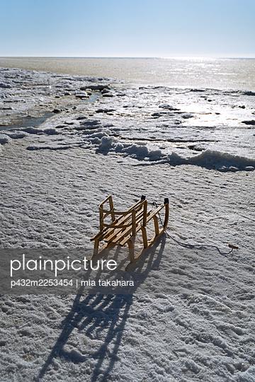 Verlassenener Schlitten am Strand von St. Peter-Ording - p432m2253454 von mia takahara