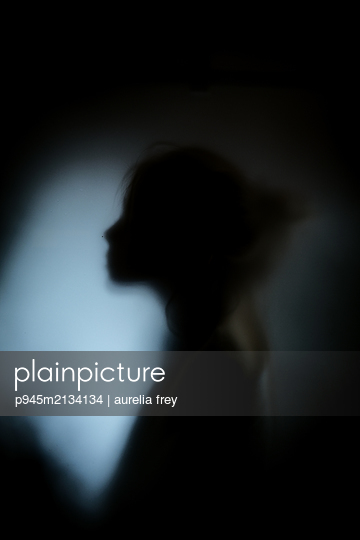 Silhouette of a girl - p945m2134134 by aurelia frey