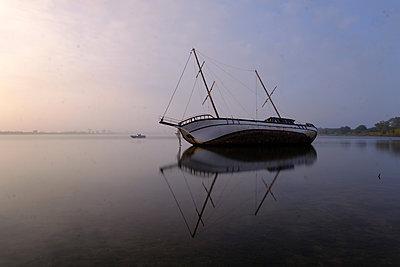Schiffswrack in der Camargue - p1638m2232123 von Macingosh