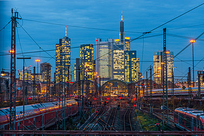 Germany, Frankfurt, view of central station with financial district in background - p300m1206412 by Kerstin Bittner
