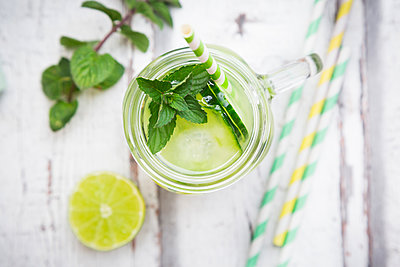 Organic cucumber water with mint and lime - p300m2005518 von Larissa Veronesi