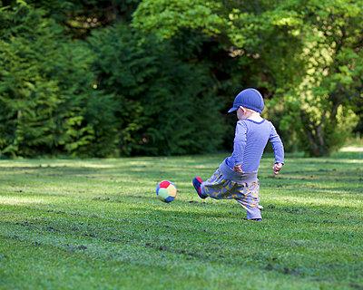Kleiner Junge mit Stoffball - p606m1462379 von Iris Friedrich