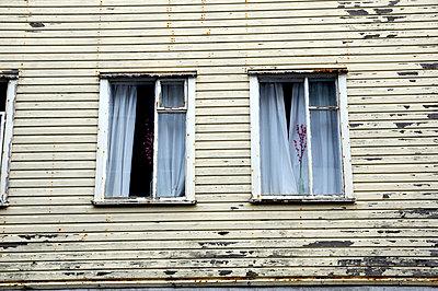 Fassade eines alten Holzhauses - p9792637 von Klueter