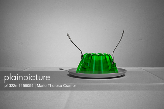 Ein Wackelpudding in dem zwei Gabeln stecken - p1322m1159054 von Marie-Therese Cramer