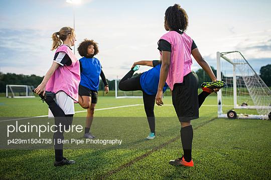 plainpicture | Photo library for authentic images - plainpicture p429m1504758 - Women's football team pract... - plainpicture/Cultura/Ben Pipe Photography