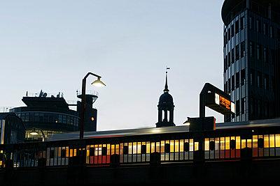 Übergrund-Bahn - p1650439 von Andrea Schoenrock