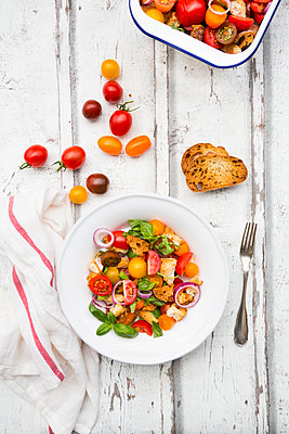 Panzanella made of roasted Ciabatta, rocket, red onions, tomatoes and basil - p300m2005511 by Larissa Veronesi