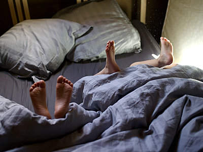 Children's feet in bed - p945m1480836 by aurelia frey