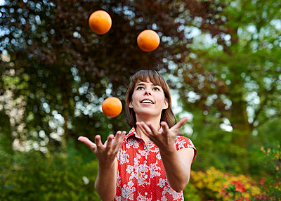 Juggling - p1124m1134806 by Willing-Holtz