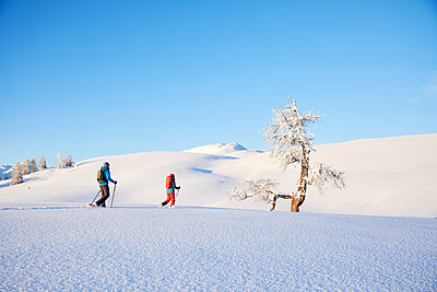Austria, Tyrol, couple swshoeing - p300m1587165 by Christian Vorhofer
