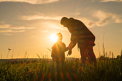Woman and son standing in field at sunset - p555m1304064 by Aliyev Alexei Sergeevich