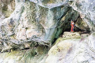 Marienfigur in einer Schlucht - p815m924864 von Erdmenger
