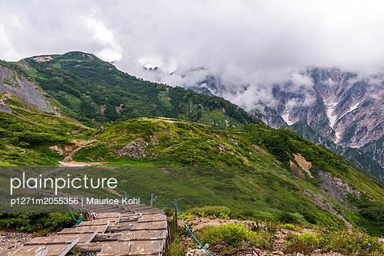 Wanderweg in den Alpen - p1271m2055356 von Maurice Kohl