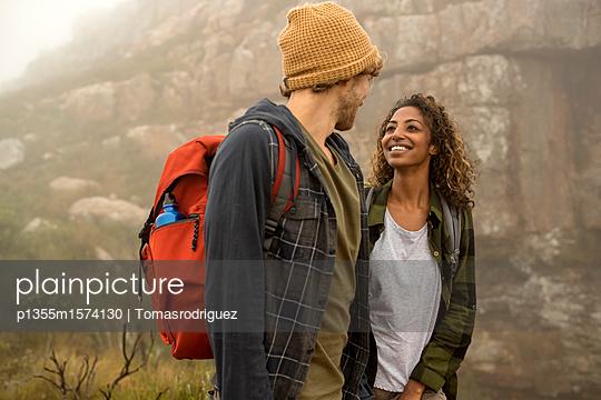 Junges Paar auf einer Bergtour - p1355m1574130 von Tomasrodriguez