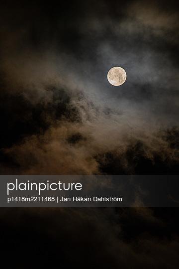 Bad moon rising - p1418m2211468 by Jan Håkan Dahlström