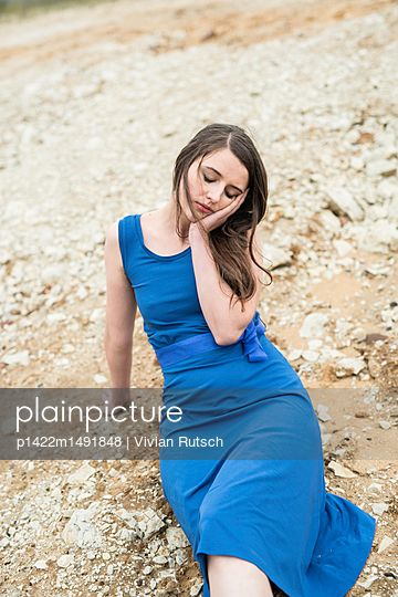 Junge Frau in blauem Kleid - p1422m1491848 von Vivian Rutsch