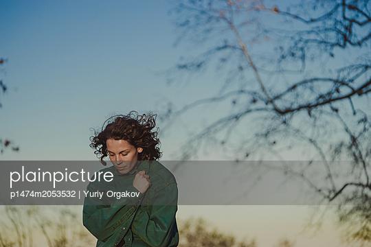 Einsame Frau umarmt sich - p1474m2053532 von Yuriy Orgakov