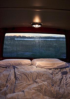 Schlafplatz im VW-Bus  - p1124m1165558 von Willing-Holtz
