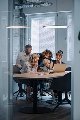 Business team with boy looking at laptop in office - p300m2166784 by Kniel Synnatzschke