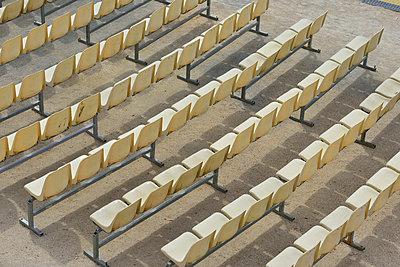 Stuhlreihen - p829m716110 von Régis Domergue