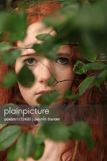Frau versteckt sich - p045m1172420 von Jasmin Sander