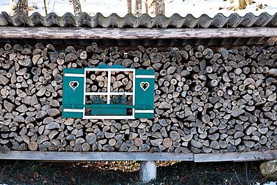Holzstoß mit Holzfenster - p533m1573820 von Böhm Monika