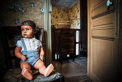 Alte Puppe - p567m1530403 von Gaëlle Magder