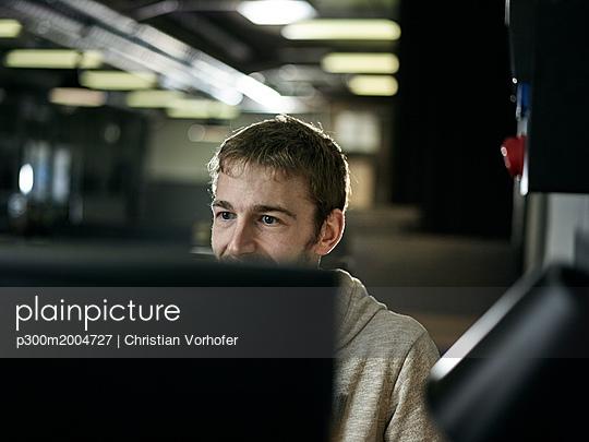 Man working, looking on screen - p300m2004727 von Christian Vorhofer