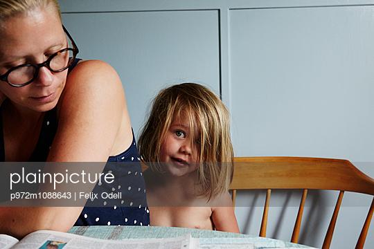 Mutter mit Tochter zuhause - p972m1088643 von Felix Odell