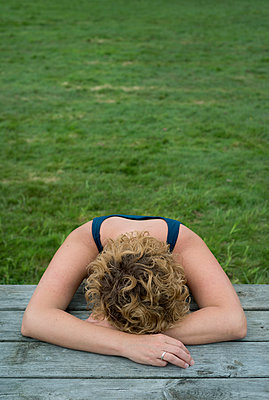 Woman depressed - p1132m931843 by Mischa Keijser