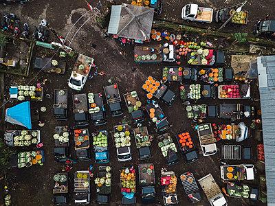 Aerial view of fruit market - p1166m2095128 by Cavan Images