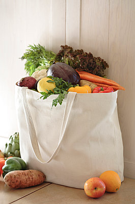 Variety of vegetables in reusable bag - p555m1478231 by John Block