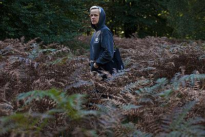Frau beim Spaziergang im Wald - p906m1362785 von Wassily Zittel