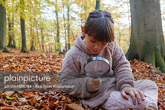Girl with magnifying glass - p312m1556754 by Asa Siller Kristensson