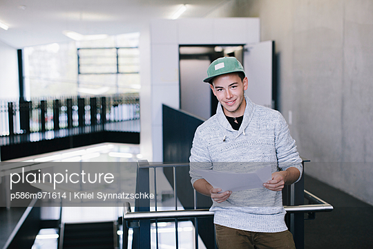 Student mit Dokumenten in der Hand - p586m971614 von Kniel Synnatzschke
