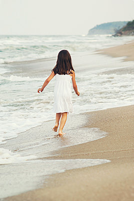 Mädchen am Strand - p1432m1496479 von Svetlana Bekyarova