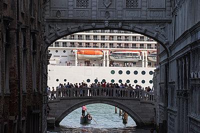 Blick auf riesiges Kreuzfahrtschiff vor Venedig hinter der Seufzerbrücke II - p1493m1584953 von Alexander Mertsch