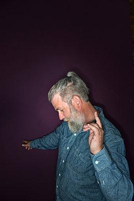Mann mit Bart tanzt - p427m1465588 von R. Mohr