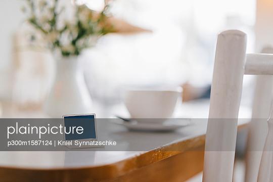 Miniature laptop model on table in a cafe - p300m1587124 von Kniel Synnatzschke