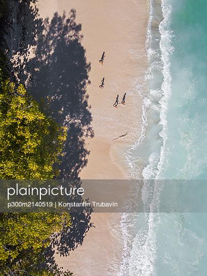 Aerial view of children at the beach, Sumbawa, Indonesia - p300m2140519 by Konstantin Trubavin