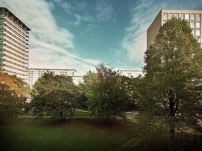 Grindelhochhäuser Hamburg im Sommer - p1282m1105075 von Stefano Boragno