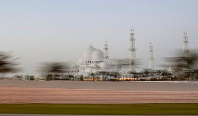 Verschwommener Blick auf Moschee - p147m1093092 von Peter Stüber