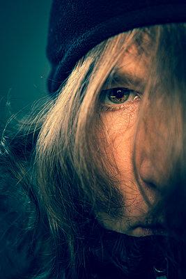 Portrait of woman in dark mood - p1687m2295139 by Katja Kircher
