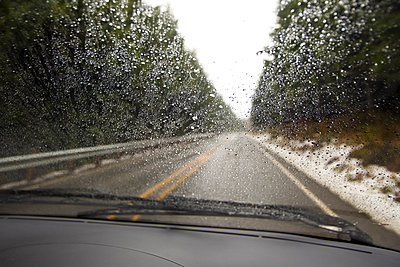 Close up of rain on car windshield - p555m1452597 by Spaces Images