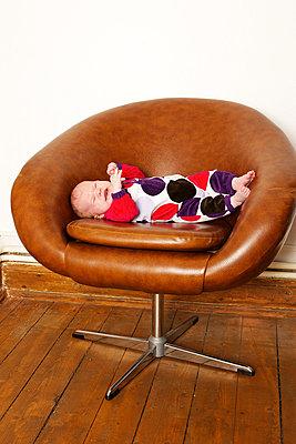 Baby auf einem Retrosessel - p6060651 von Iris Friedrich