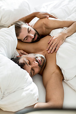 Gay couple in bed - p787m2115251 by Forster-Martin
