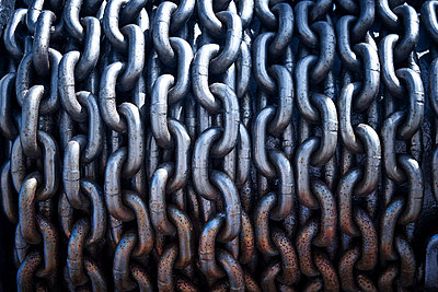 Chain links - p851m1048601 by Lohfink